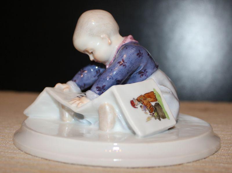 Ребенок с книгой из серии
