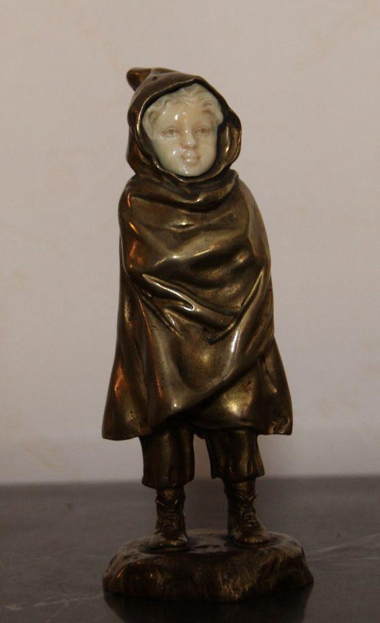 Скульптурная композиция «Ребенок в плаще»