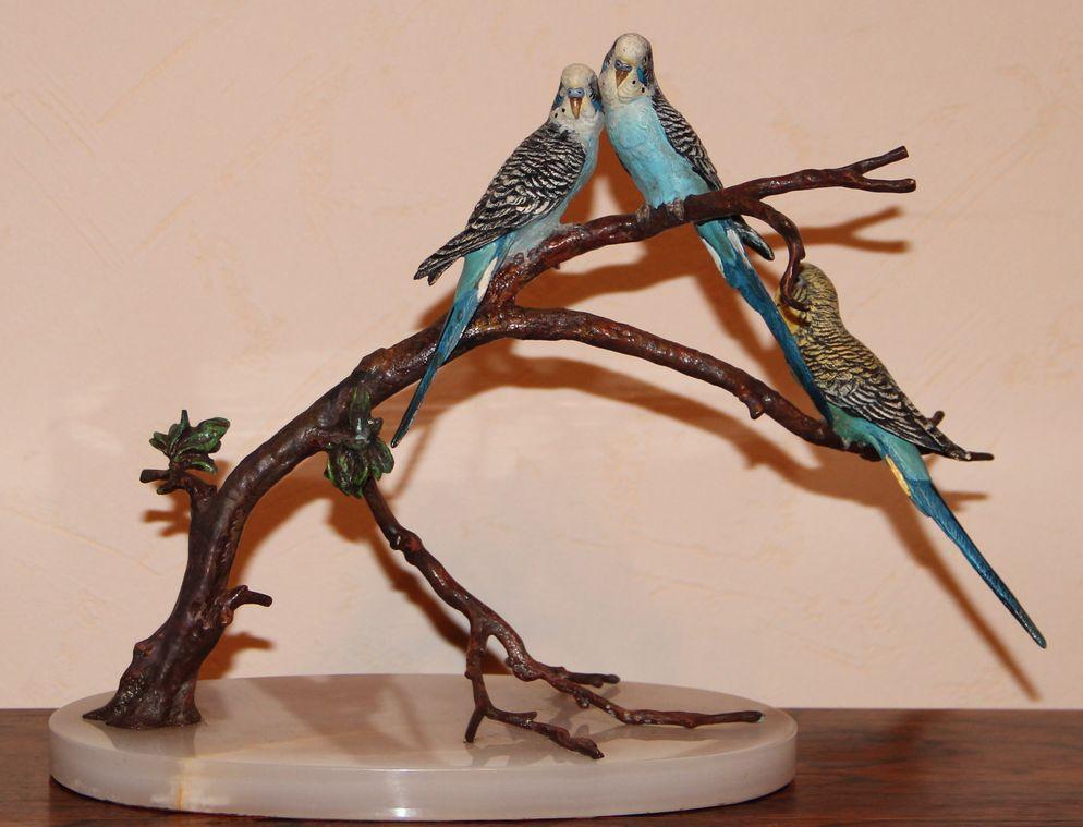 Скульптурная композиция «Попугайчики на ветке»