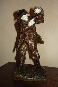 Фигура мужчины прикуривающего от лампы
